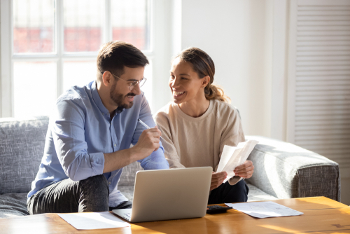 Couple applying for an online loan from EZ Money from their home